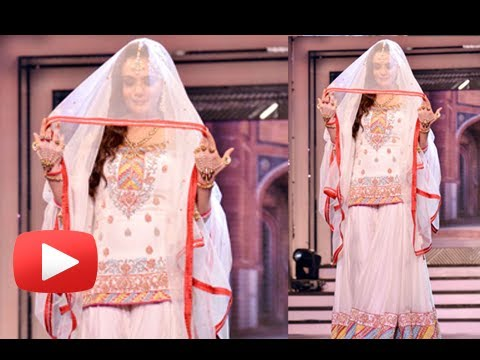 Preity Zinta Ramp Walk At Late Yash Chopra Birthday 2013 video