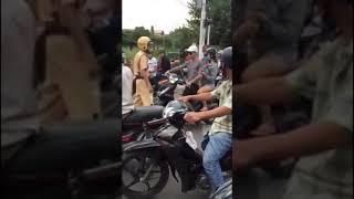 Thanh niên bị CSGT bắt rút dao trống trả và bị sml
