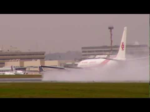 Rainy Thrust Reverser landing - Air Algerie B737 at Brussels airport
