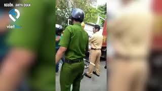 Phẫn nộ hình ảnh nhóm cảnh sát khống chế thô bạo người đi xe máy