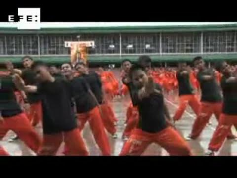 Rehabilitación carcelaria basada en el baile lleva a la fama a presos filipinos