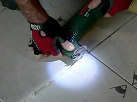 Comment retirer enlever un joint de carrelage how to remove a grout between - Comment faire des joints de carrelage ...