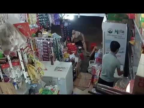 Camera giám sát bắt quả tang thanh niên đẹp trai ăn trộm vặt