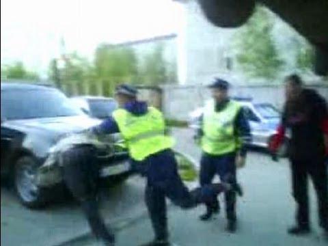 Инспектор ударил водителя который ничего не нарушил. A policeman hit a driver that nothing broke.