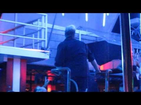 Парень отжигает на дискотеке в Турции.