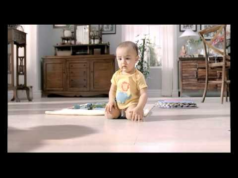 An awwwwww Film From Huggies : Kajol, Shadow And The Baby video