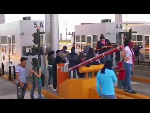 Normalistas toman caseta de cobro de la autopista a Colima