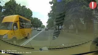 В Житомире водитель серой шкоды свободно пересекает двойную сплошную / AutoNews Житомир
