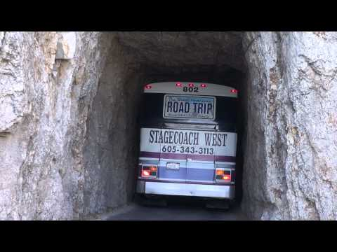 Bus fährt durch den Tunnel am Needles Highway.