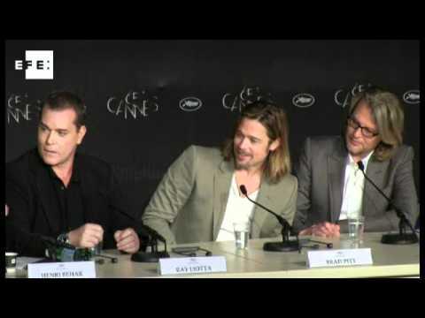 Vivemos em um mundo violento e temos que filmá-lo, diz Brad Pitt em Cannes.