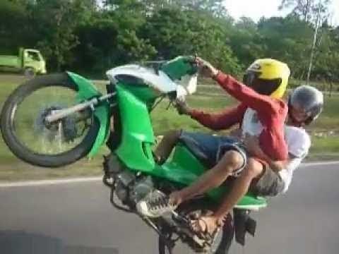 Balapan Liar Motor NEKAD balapan liar motor 2015 Terbaru Video Aksi Balap GILA thumbnail
