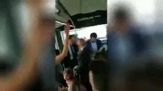 """Matteo Salvini sale sulla navetta, i passeggeri cantano """"Bella ciao"""""""