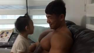 Download Video lucu, anak geram dan tertawa lihat dada ayahnya yang bidang dan besar serta goyang 3Gp Mp4