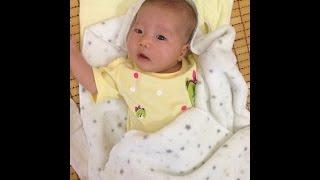 em bé sơ sinh 1 tháng 1 tuần  vừa được mẹ tắm song cực đáng yêu