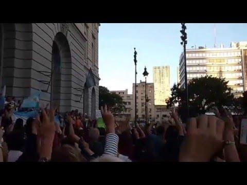 Himno nacional argentino en movilización kirchnerista ante el Centro Cultural Kirchner