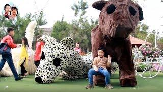 BÉ KEM CƯỠI CHÓ BÔNG KHỔNG LỒ - Kids and Big Dog Toys