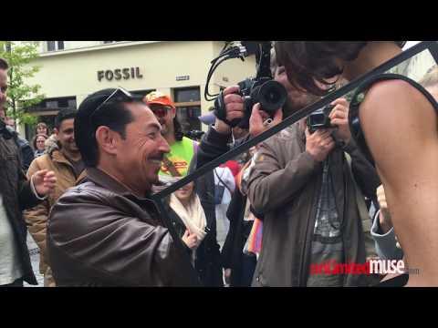 VIDEO: permitía que desconocidos le toquen los pechos y los genitales, quedó detenida