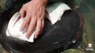 Kỹ năng nấu ăn - Chế biến món cá phi lê ngon lạ| これは本物の揚げた魚のフィレ、ポンド、私は私が落ちるのを見ることができます。