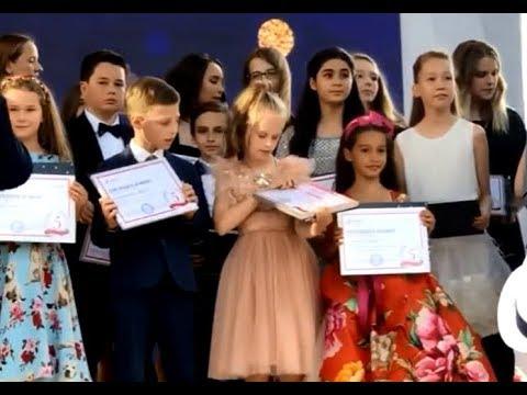 """Ксения Бородина. Маруся получила диплом """"Ученик года"""" ))"""