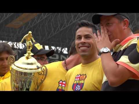 Jugadores Barcelona Sporting Club cantando junto a la Sur Oscura