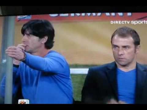 España vs  Alemania, Joachim Low, no puede evitar el mal hábito de comerse los mocos