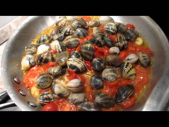 Cooking the clams for Spaghetti alle Vongole