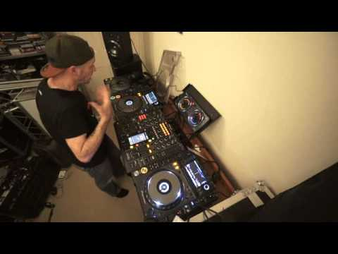 DJ DEMONSTRATION ADDING A KICK FROM THE PIONEER RMX 500 OVER THE MIX