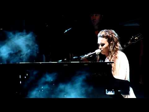 Demi Lovato crying while performing Skyscraper at Club Nokia (with speech)