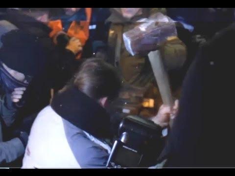 Снесли памятник Ленину в центре Киева, разбивают кувалдой голову