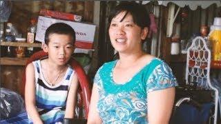 Nghẹn họng cậu bé 8 tuổi âm thầm thay tã cho mẹ suốt 3 năm: Con buồn lắm vì mẹ không đi được