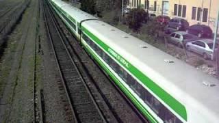 video Video del El Tucumano de Ferrocentral pasando por Colegiales con la GM GT22 CW 9026 en su viaje a San Miguel de Tucumán.