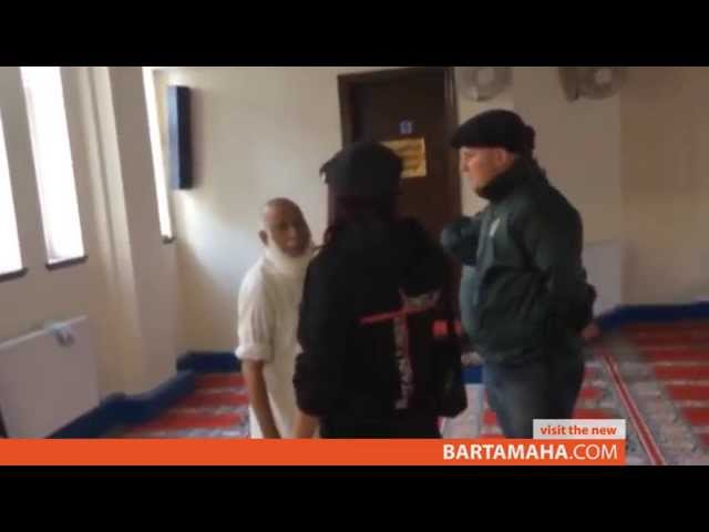 British far-right group 'invades' UK mosque, demands it remove 'sexist' signs