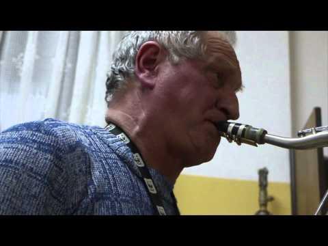 Szkolny Woźny Po Lekcjach Gra Na Saksofonie