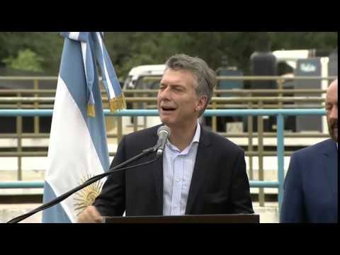 El blooper de Macri: se le cayó encima la bandera argentina