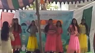 9th girls performing on des rangila i m at last yellow gown