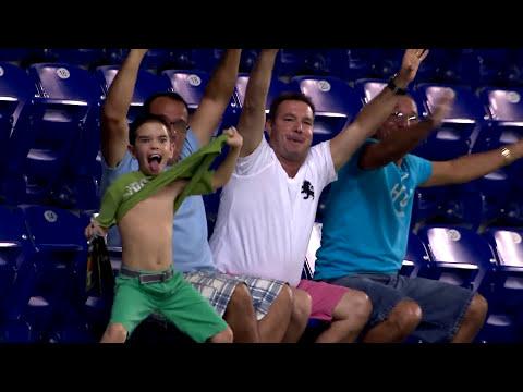 Niño sorprende con eufórico baile en partido de béisbol