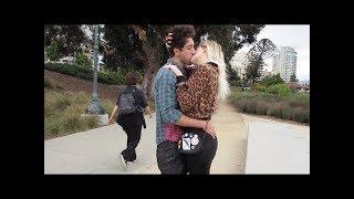 شاهد هذا الشاب كيف يقبل البنات المثيرات في شوارع امريكا 😍😜