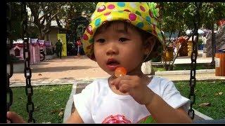 Stin Dâu - Ăn kẹo trong công viên chơi xích đu - Baby eat candy