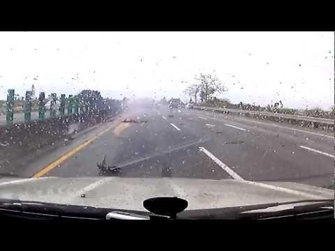 2013.04.05-國道南下高速公路恐怖車禍 駕駛飛出車外