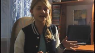маленькая девочка красиво поёт песню