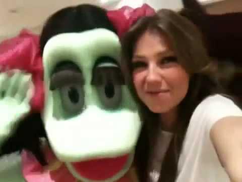 thalia con Mafafa Musguito y cantando odisea burbujas