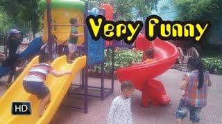 Bé chơi cầu trượt nước vui nhộn   Kids play slide   Em be choi cau tuot nuoc