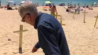 Los independentistas clavaron las cruces y los españolistas las quitaron