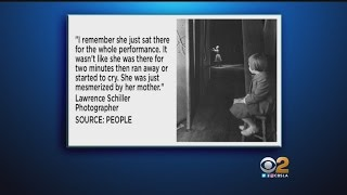 Carrie Fisher 'Mesmerized' By Her Mother In Viral Photo
