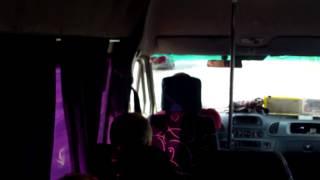 Șoferul vorbește mereu la telefon. Microbuzul 125