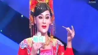 农村五十岁大叔化妆成女人唱歌,就连李玉刚都不及他,要震撼了!