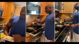 BODYBUILDING LEGEND DEXTER JACKSON COOKING HIS HEALTHY ,LOW CARB  CHICKEN MEAL