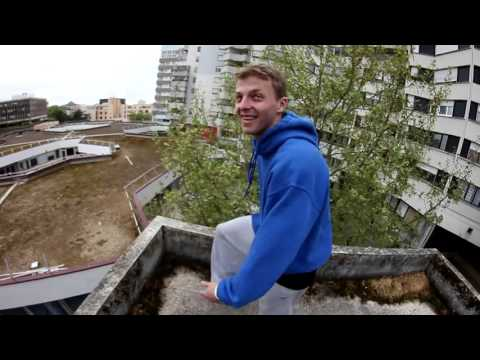 凄い高低差と距離のある屋上をパルクールジャンプする命知らずな男