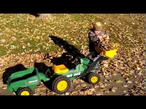 Traktor Big Jake + Trailer räumen die Blätter weg