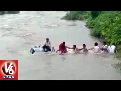 Car Falls Into River, Navi Mumbai Villagers Save Family Of 4 | V6 News